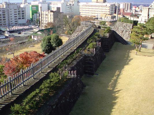 鉄門と天守曲輪.jpg